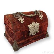 Antigüedades: PRECIOSO COSTURERO EN TERCIOPELO, HERRAJES METAL Y ÚTILES EN MARFIL. FRANCIA CA 1880. 18X11X13CM. Lote 289806848