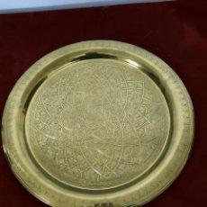 Antigüedades: BANDEJA ESTILO ARABE ZINCELADA. Lote 289815108