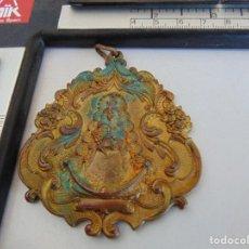 Antigüedades: ANTIGUA MEDALLA EN METAL DE LA VIRGEN DEL ROCIO HERMANDAD DE SANLUCAR LA MAYOR 1940. Lote 289877468