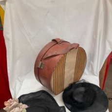 Antiguidades: PRECIOSA CAJA ANTIGUA CON SOMBREROS MUJER!. Lote 290451483