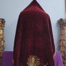 Antigüedades: ESTANDARTE DE TERCIOPELO BORDADO CON HILO DE ORO E HILO DE PLATA. HACIA 1900. MED: 143 X 138 CM.. Lote 290722853