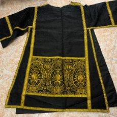 Antigüedades: ANTIGUA DALMATICA BROCADA Y PASAMANERIA DORADA. VDA. M CASTAÑER, OLOT. DE ANTIGUA RECTORIA. GARROTXA. Lote 291439373
