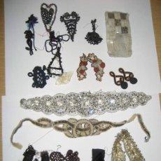 Antigüedades: LOTE 16 APLICACIONES ENCAJE PUNTILLA PARA DECORACION DE VESTIDO PEDRERIA AZABACHE CUENTAS .... Lote 291866298