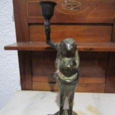Antigüedades: PORTA VELA EN METAL --SAPOS --25,5 CM ALTURA. Lote 291919863