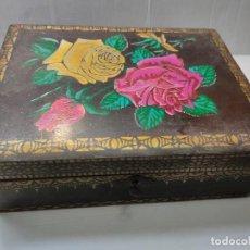 Antigüedades: CAJA MADERA PINTADA A MANO Y LACADA CON LLAVE Y ESPEJO EN INTERIOR. Lote 292299963