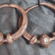 Antigüedades: ESPECTACULAR PAREJA DE ASAS DE BARGUEÑO HIERRO FORJADO. Lote 292324398