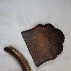 Antigüedades: ANTIGUO RECOGECENIZAS RECOGEDOR CENIZAS CEPILLO CHIMENEA COBRE LABRADO SELLO CONTRASTE INGLATERRRA. Lote 293224963
