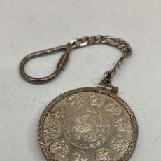 Antigüedades: LLAVERO DE PLATA CON MONEDA MEXICO. Lote 293478503