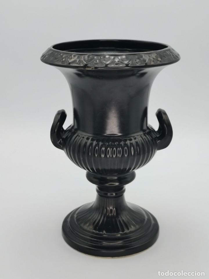 Antigüedades: Magnífico jarrón de cerámica Dartmouth England. 23 cm. - Foto 15 - 293541443