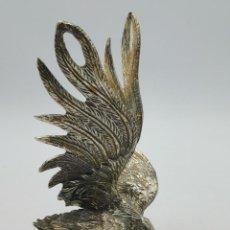Antiquités: ANTIGUO GALLO DE PELEA DE ALPACA. PRECIOSA ELABORACIÓN Y DETALLES. 18 CM.. Lote 293544563