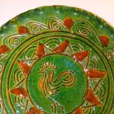 Antigüedades: PLATO CERAMICO VIDRIADO - HERMANOS ALMARZA - JAEN -GALLO Y GRECAS -. Lote 293566338