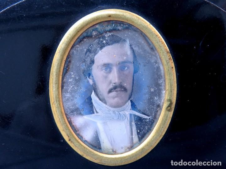 Antigüedades: Monedero con retrato al daguerrotipo bajo vidrio s XX - Foto 2 - 293592578