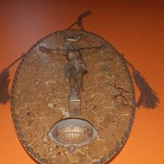 Antigüedades: PRECIOSO CRISTO EN CALAMINA CON PANEL DE BAQUELITA PRINCIPIOS SXX. Lote 293625323