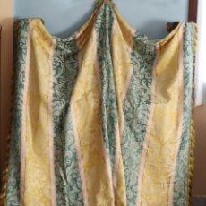 Antigüedades: GRAN FRENTE O MANTEL ESPAÑOL DEL SIGLO XVIII CONFECCIONADO EN SEDA DE DAMASCO. MIDE 260 X 212 CM.. Lote 293674123