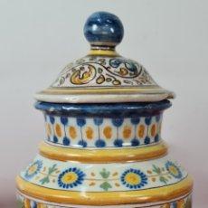Antigüedades: JARRON CON TAPA EN PORCELANA ESMALTADA. PINTADA A MANO. TALAVERA. SIGLO XX.. Lote 293705613
