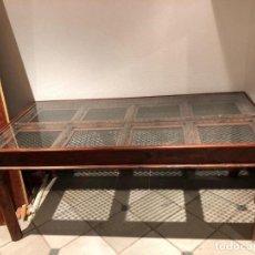 Antigüedades: BONITA Y ANTIGÜA MESA DE CENTRO , EN MADERA Y HIERRO. Lote 293866693