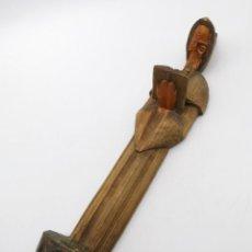 Antigüedades: ANTIGUA TALLA DE MADERA CON FIGURA DE MONJE. CANDELABRO DE PARED PARA VELA. 43 CM.. Lote 293868793