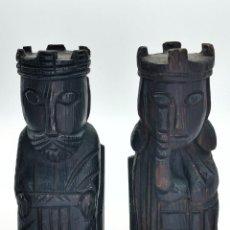 Antiguidades: PAREJA DE REYES SUJETA LIBROS. TALLADOS EN MADERA. 22 CM.. Lote 293909543
