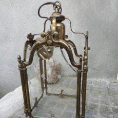 Antigüedades: ANTIGUO FAROLILLO DE LATÓN REPUJADO DE CUATRO CARAS, CRISTALES CON DIBUJOS FLORALES.. Lote 294075278