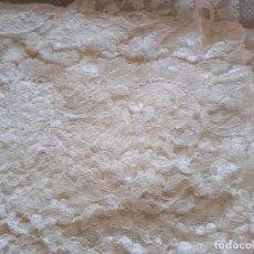 Antigüedades: MANTILLA DE ENCAJE CREMA. Lote 294375128