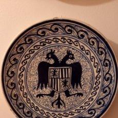 Antigüedades: ANTIGUO PLATO CERÁMICA TRIANA AGUILA BICEFALA. Lote 294484263