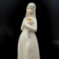 Antigüedades: FIGURA DE PORCELANA PORCEVAL, DAMA CON FLORES. 23 CM.. Lote 294551543
