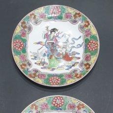 Antigüedades: LOTE DE 2 PLATOS ESMALTADOS PORCELANA CHINA FAMILIA VERDE SELLO EN BASE 25,5 CM DIÁMETRO. Lote 294551953