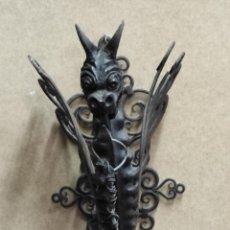 Antiquités: ANTIGUO FAROL, FANAL - APLIQUE DECORADO CON DRAGÓN - HIERRO FORJADO - PRINCIPIOS S. XX. Lote 294552573