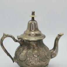 Antigüedades: ANTIGUA PRECIOSA TETERA ÁRABE DE ALPACA CON PRECIOSO LABRADO.. Lote 294837648