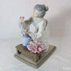 Antigüedades: GEISHA JAPONESA CON UN JARRÓN CON FLORES - LLADRÓ - Nº 4840. Lote 294932503