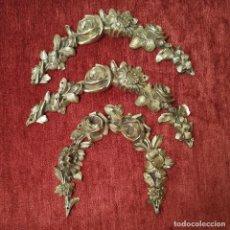 Antigüedades: TRES ADORNOS DE BRONCE ARQUEADOS. Lote 294936523