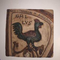 Antigüedades: AZULEJO XXIV SYMPOSIUM DE AVICULTURA. LEÓN 1986. Lote 294978103