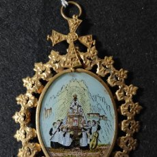 Antigüedades: PRECIOSO ANTIGUO MEDALLON EN METAL DORADO CON IMAGEN DE NTRA SRA DE MONTSERRAT CON LA ESCOLANIA. Lote 295003218
