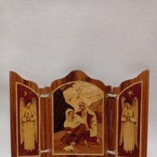 Antigüedades: PEQUEÑO TRÍPTICO RELIGIOSO REALIZADO EN VARIAS MADERAS Y PIROGRABADO. Lote 295004238