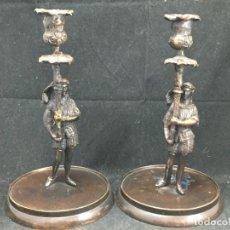 Antigüedades: PAREJA DE CANDELEROS DE BRONCE PATINADO CON FIGURA MEDIEVAL, BASE REDONDA. DECORATIVOS.. Lote 295044313