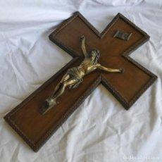 Antigüedades: CRISTO CRUCIFICADO EN BRONCE SOBREDORADO SOBRE CRUZ DE MADERA. Lote 295354798