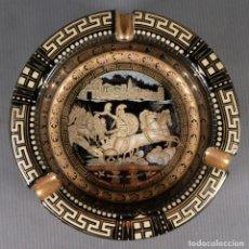 Antigüedades: CENICERO HAND MADE IN GREECE IN 24K GOLD STAKIAS DECORADO CON ESCENA CLÁSICA. Lote 295367088
