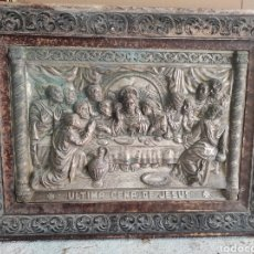 Antigüedades: CUADRO ANTIGUO RELIEVE EN METAL DE LA ÚLTIMA CENA. CON MARCO 59X44. Lote 295482548