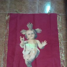 Antigüedades: BANDERA NIÑO JESUS / ESTAMPACION PARA BALCON NIÑO JESUS - BORDES HILO DORADO. Lote 295489558