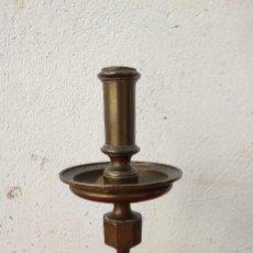 Antigüedades: CANDELABRO DE BRONCE DE IGLESIA. Lote 295493083