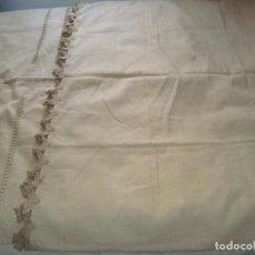 Antigüedades: ANTIGUA CORTINA DE HILO CON BORDADO ARTESANAL. Lote 295544403
