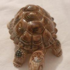 Antigüedades: PRECIOSA TORTUGA DE PORCELANA INGLESA WADE. Lote 295547788