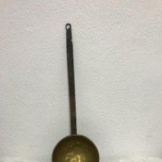 Antigüedades: MUY GRANDE PUCHERO DE LATON CON MANGO DE FORJA!. Lote 295550403