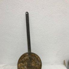 Antigüedades: CALIENTA CAMAS CON MANGO DE FORJA!. Lote 295551198
