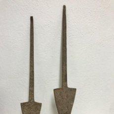 Antigüedades: ANTIGUO PAR DE CUCHILLAS DE ARADO!. Lote 295552078
