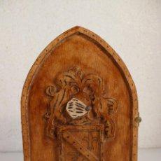 Antigüedades: CUELGALLAVES DE MADERA CON ESCUDO MEDIEVAL. Lote 295562578