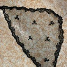 Antigüedades: ANTIGUA MANTILLA DE 3 PICOS. MIDE 92X57CMS. Lote 295608033