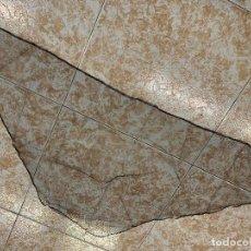 Antigüedades: ANTIGUA MANTILLA DE 3 PICOS. MIDE 100X48 CMS. Lote 295609093