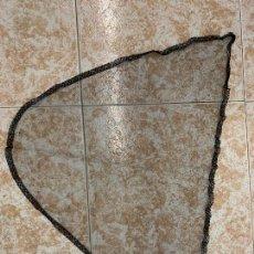 Antigüedades: ANTIGUA MANTILLA DE 3 PICOS. MIDE 79X50 CMS. Lote 295609663