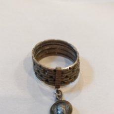 Antigüedades: ANTIGUO ANILLO CON MEDALLA VIRGEN DE MONTSERRAT. ANILLO SEMANARIO.. Lote 295614568